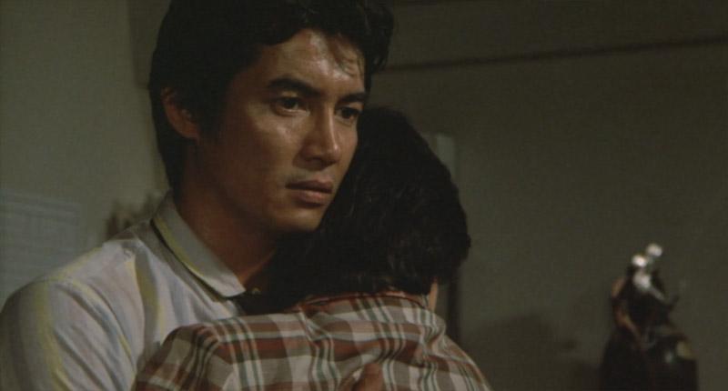 抱き合う牧吾郎と奥村尚子