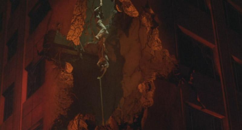 ロープを伝い、避難する二人