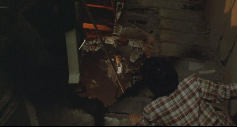 主人公とヒロインが倒壊したビルから降りるためにロープを渡します。
